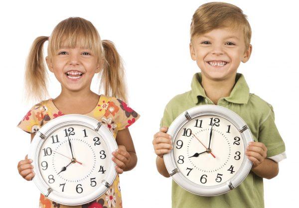 Дети держат в руках часы
