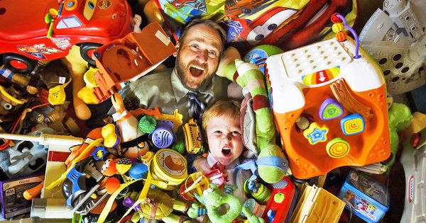 Папа с сыном тонут в игрушках