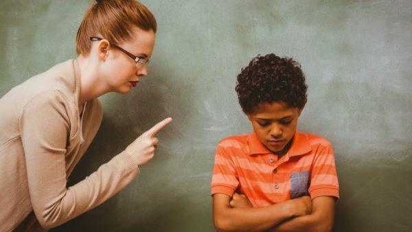 Учительница отчитывает ребёнка
