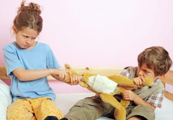 Мальчик с девочкой не могут поделить игрушку