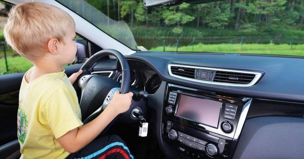 Мальчик за рулём машины