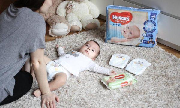 Малыш лежит на ковре