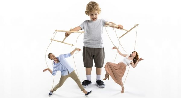 Ребенок в белой футболке манипулирует родителями