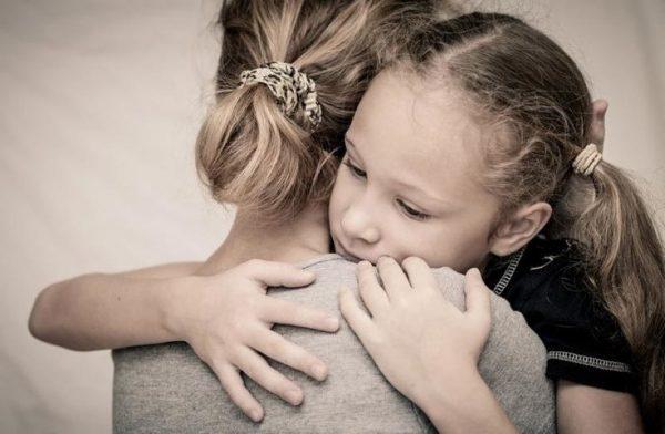 Дочь обнимает мать