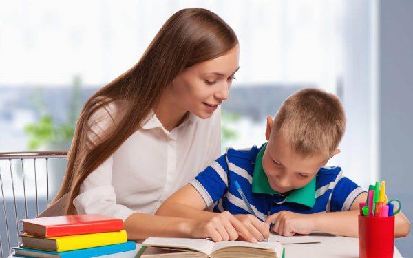 мама делает с сыном уроки