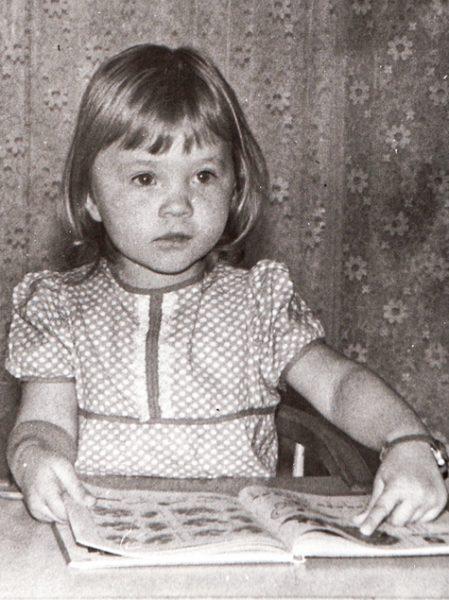 Маленькая Ира Полякова за книгой