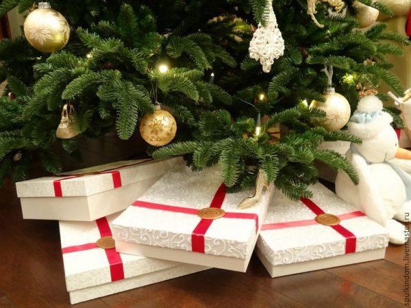 подарки под новогодней елкой с игрушками