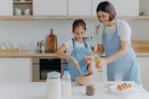 Мама и дочь вместе готовят