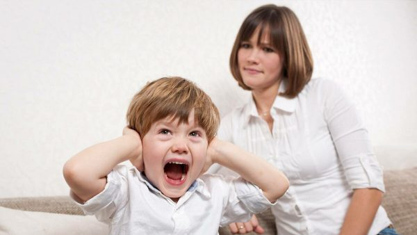 Ребенок кричит и закрывает уши