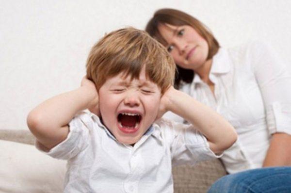 ребенок закрывает уши и кричит