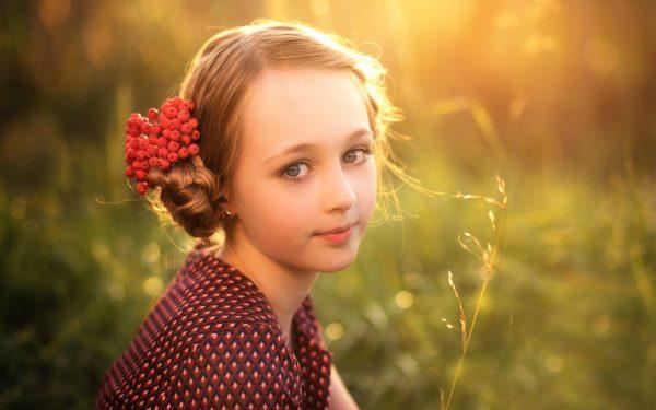 Девочка на фоне леса