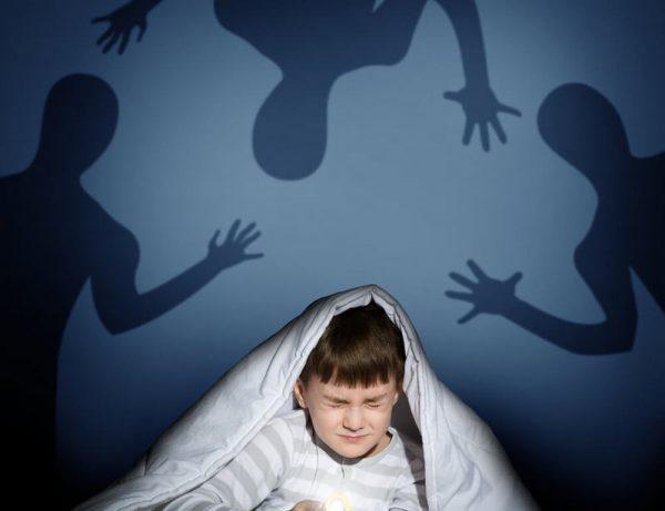 Малыш закрыл глаза и боится темноты