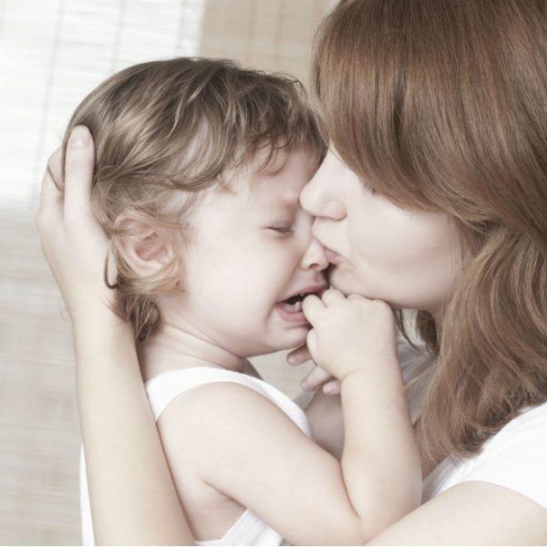Мама успокаивает плачущего малыша