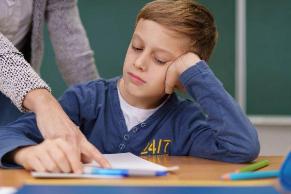 Учитель указывает мальчику на ошибки
