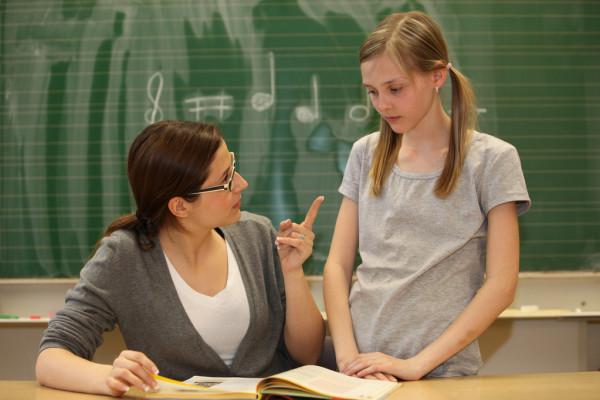 Учительница отчитывает школьницу