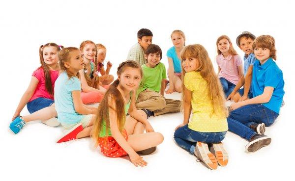 Дети сидят в кругу