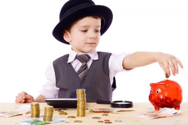 Мальчик кладёт монеты в копилку
