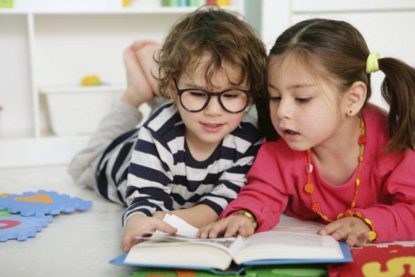 Дети смотрят в книгу