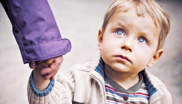 Незнакомец уводит ребёнка