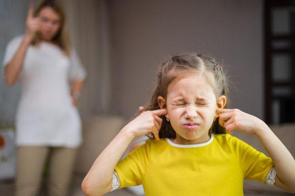 Мама ругает дочь, а она закрывает руками уши