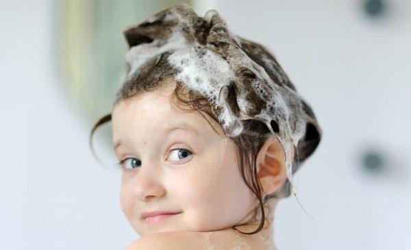 Девочка с намыленной головой