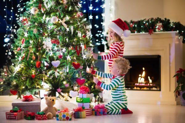 Дети украшают новогоднюю елку