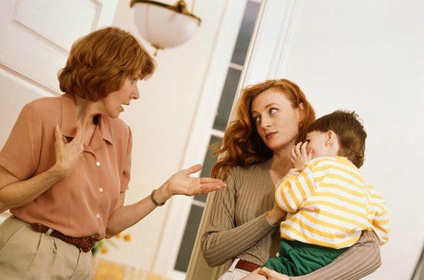 мама с ребенком на руках ругается с бабушкой