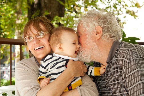 дедушка целует любимого внука
