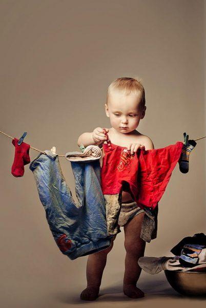 Мальчик сушит свои вещи
