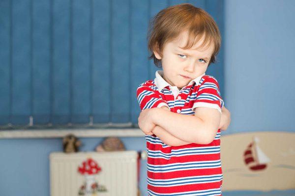Ребенок в красной футболке злится