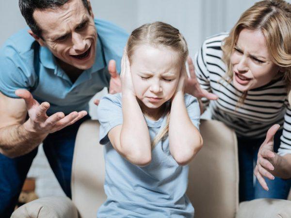 Родители воспитывают дочь