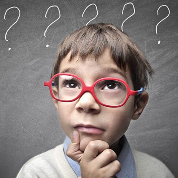 Ребенок в красных очках думает
