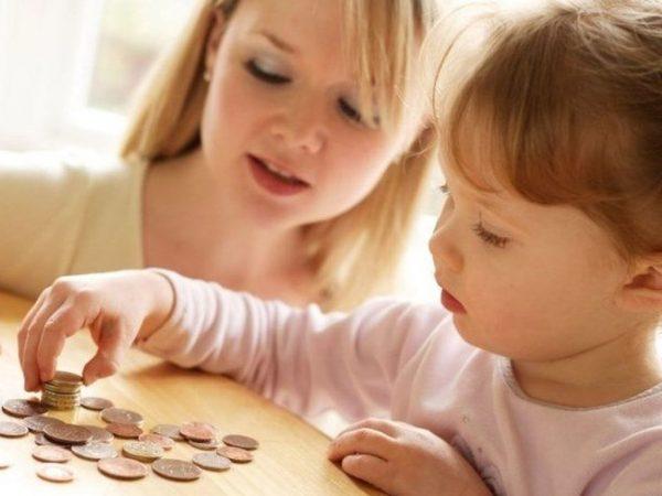 Девочка пересчитывает монетки
