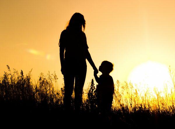 Мама с сыном при закате солнца