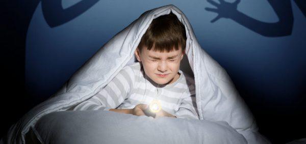 Мальчик боится темноты