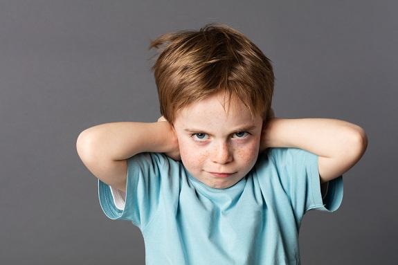 Ребёнок закрывает уши