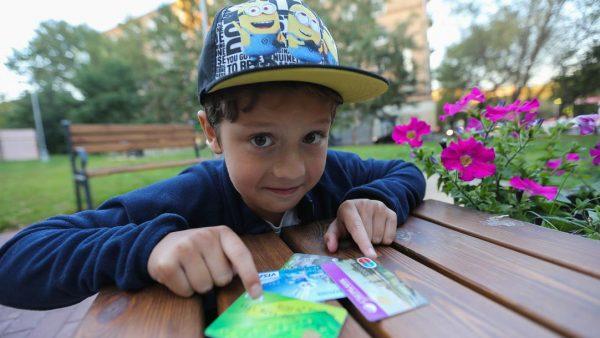 Мальчик с банковскими картами