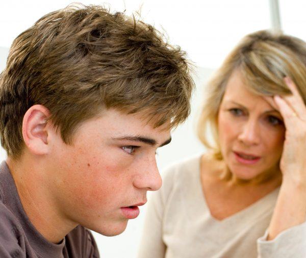 Мать расстроена и ругает сына