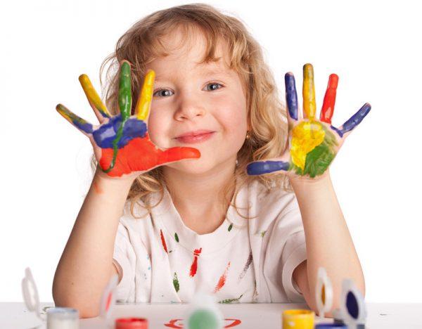 Девочка измазала руки в краске