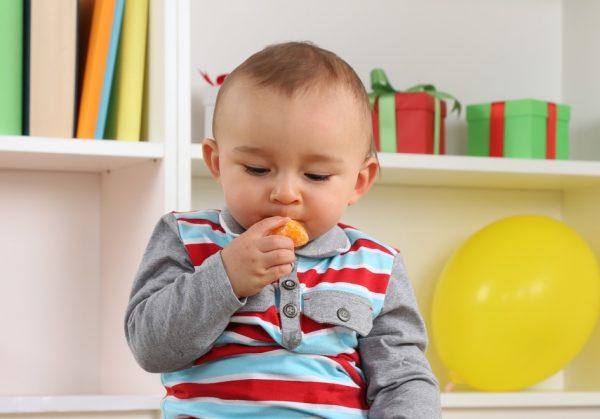 Малыш ест хурму