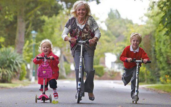 Бабушка с внуками на самокатах