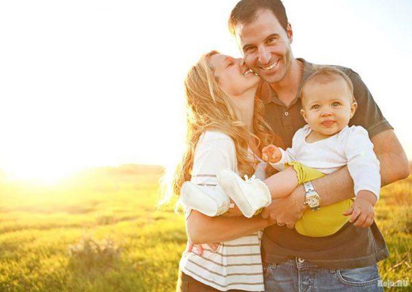 Счастливые родители с малышом