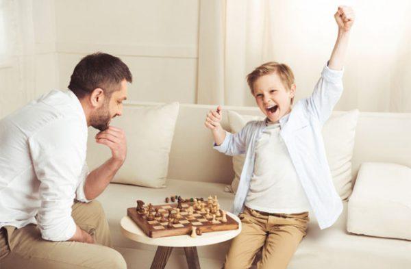 Мальчик обыграл отца в шахматы