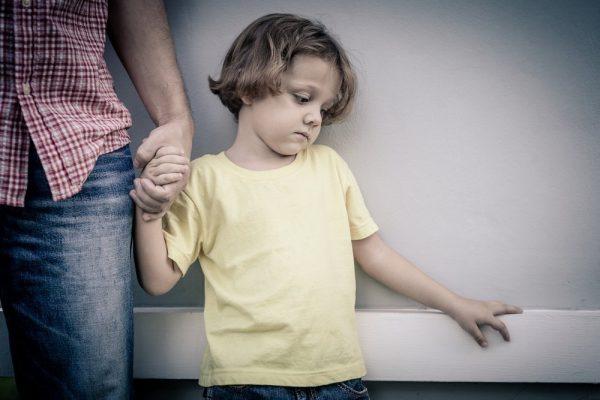 Мальчик расстроен и держит за руку маму