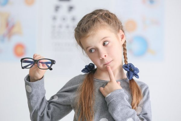 Девочка держит в руках очки