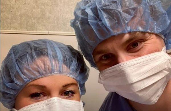 Мужчина и женщина в больничных масках и шапочках