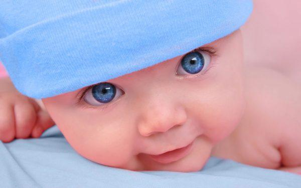 Малыш с голубыми глазами