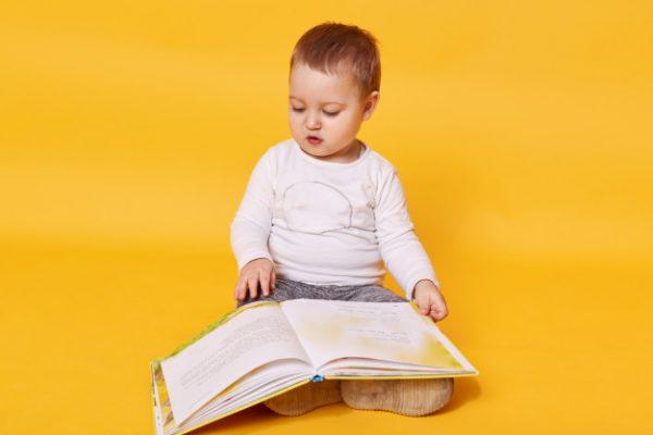 Малыш с книгой