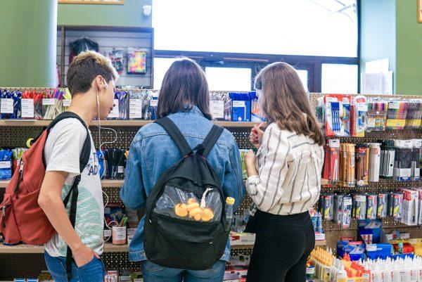 Подростки в отделе канцелярии