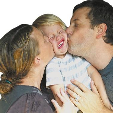 Родители насильно целуют малыша